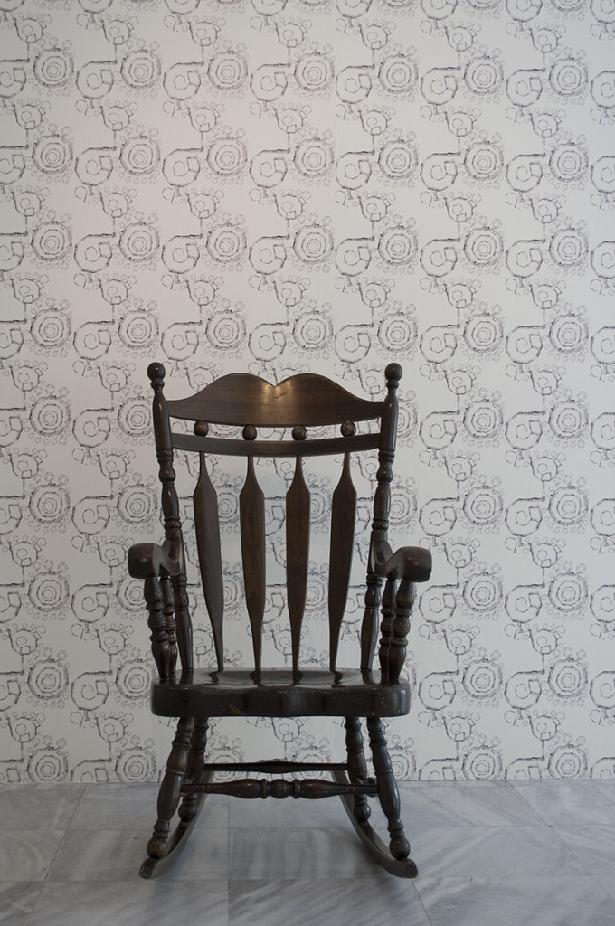 Stolica uz koju je Maja odrastala, u pozadini papirni tapet sa floralnim motivom od 'nitima od bioskopa'