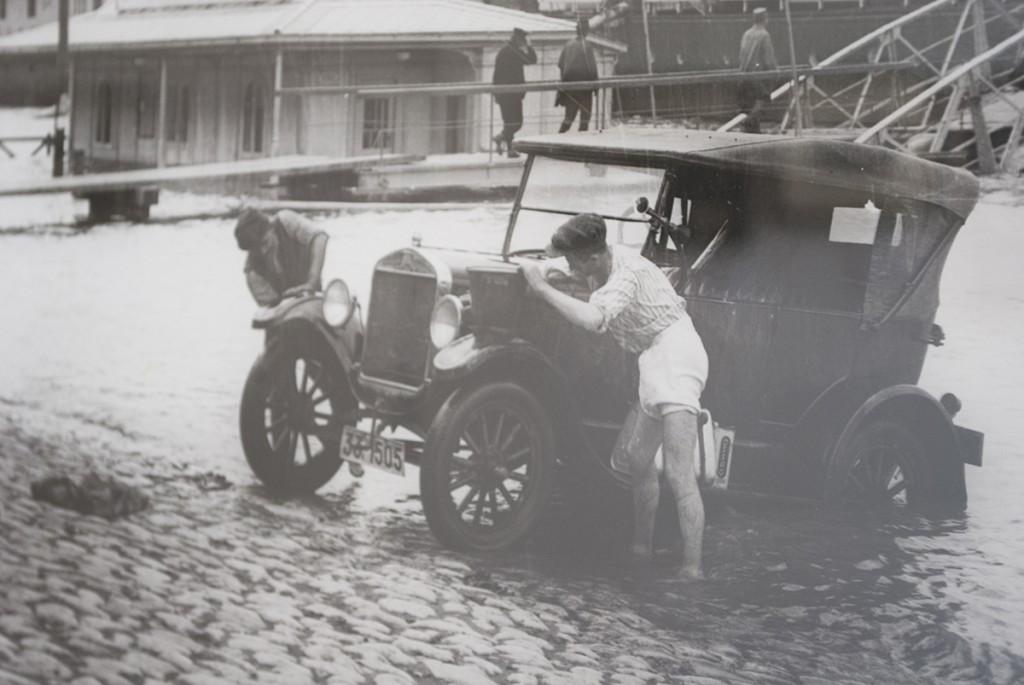 Taksista doteruje auto na Savi, fotografija Aleksandra Simića oko 1926.