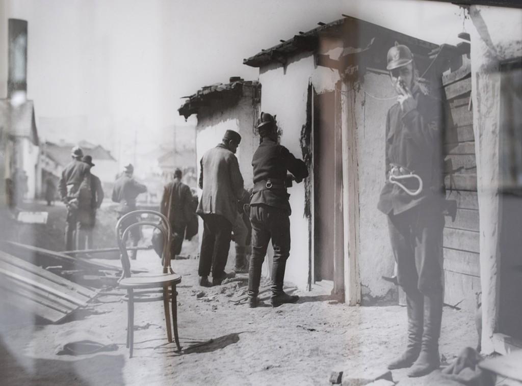 Vatrogasci ruše kuće u Pištolj-mali, fotografija Aleksandra Simića, 1927.