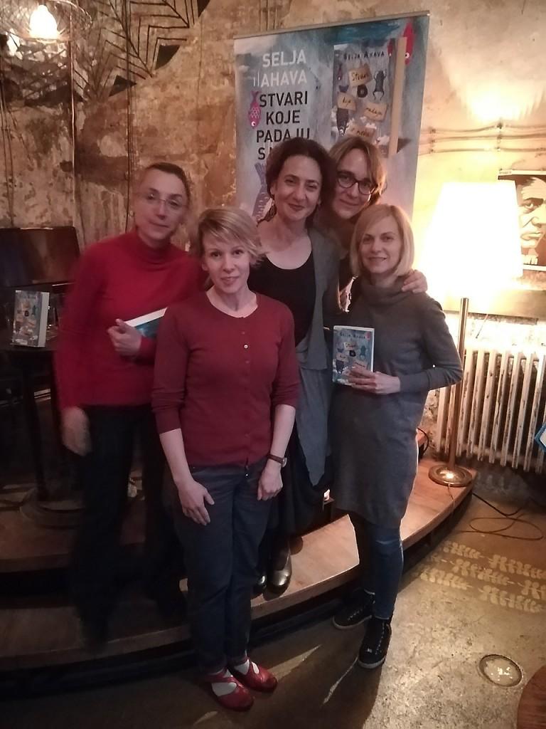 Članice Čitalačkog kluba Lepota života sa finskom spisateljicmom Seljom Ahava