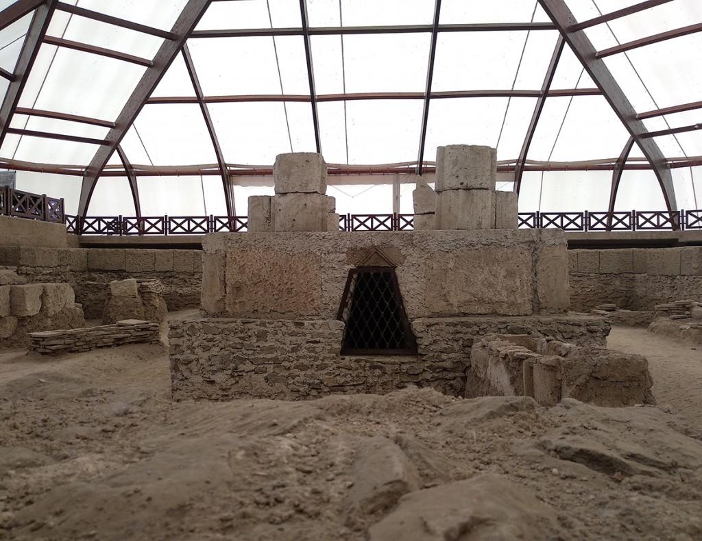 Na nivou nekropole, sa kojeg se silazi u 'podzemni svet' i grobnice sa freskama