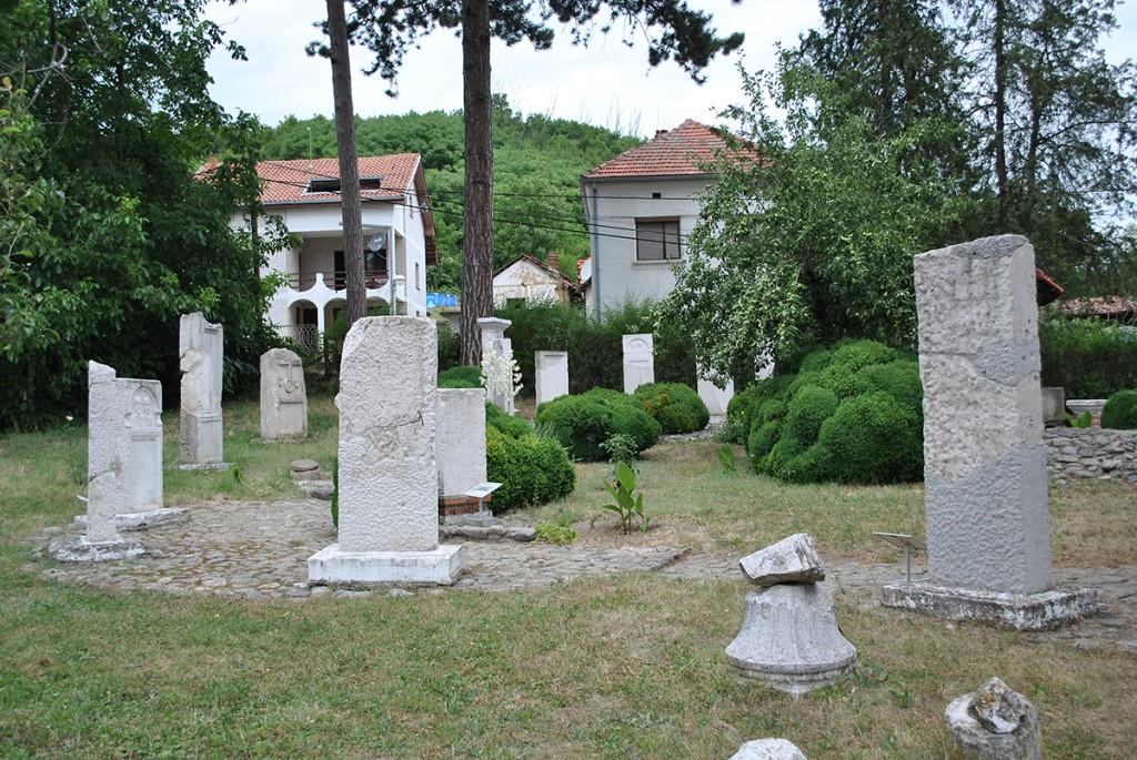 Deo nadgrobnih spomenika u Arheo-etno parku Ravna, fotografija iz 2017.