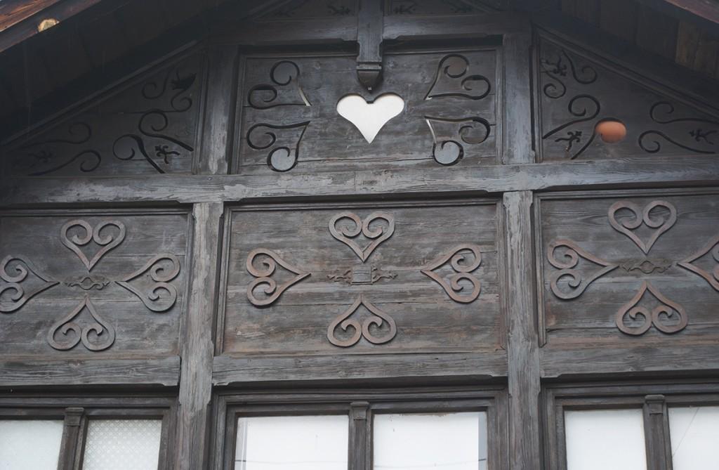 Detalj sa srcolikom secesionističkim ornamentima na ulaznom tremu
