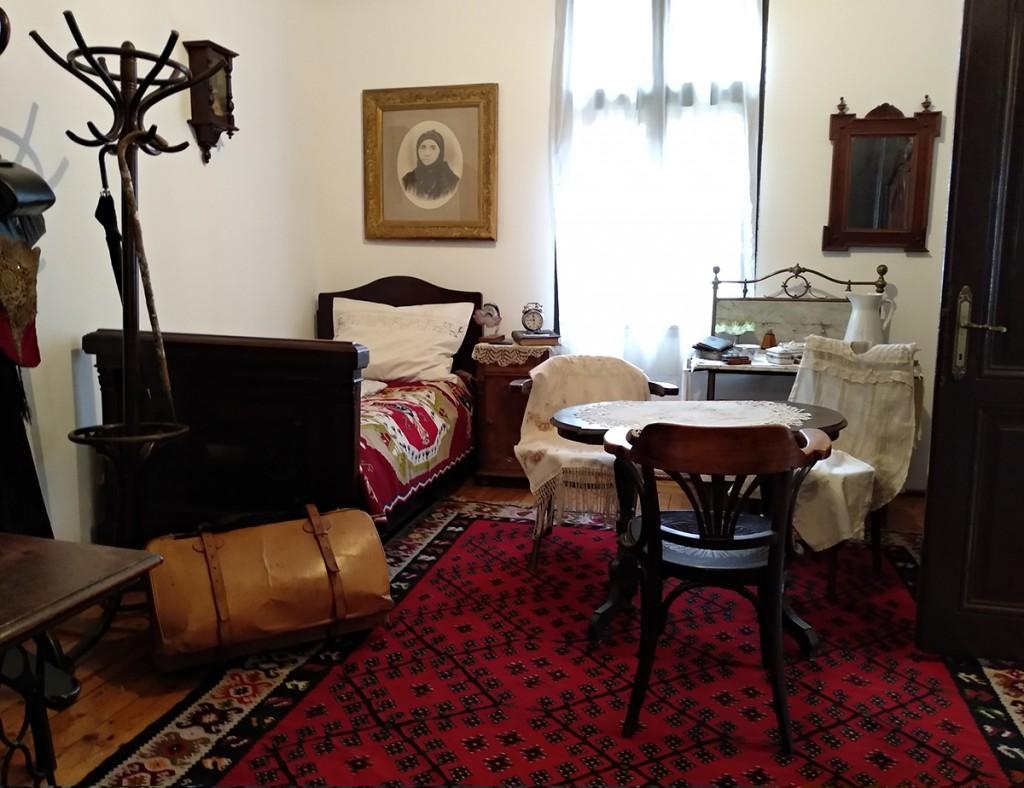 Spavaća soba sa krevetom gospodina Stanojevića, njegovim koferom, štapom i setom za umivanje