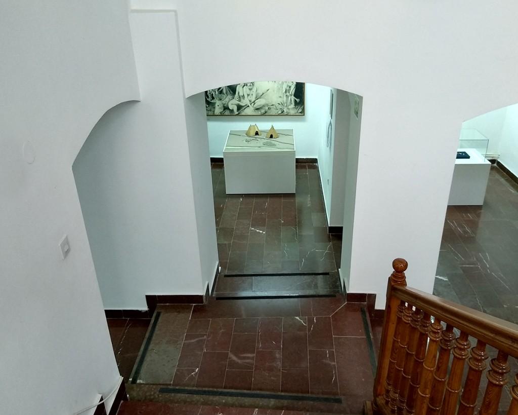 Pogled sa ulaza na maketu neolitskog naselja i deo ilustracije D. Živkovića