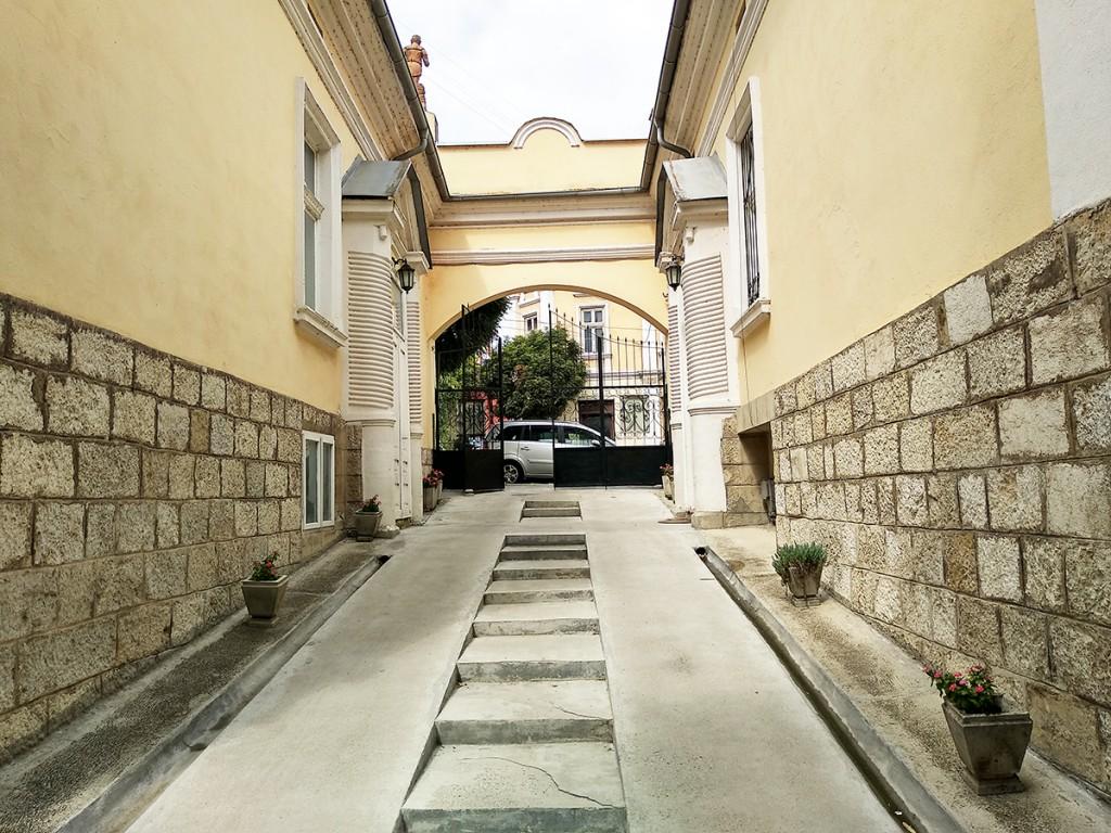 Pogled iz muzejskog dvorišta ka ulaznoj kapiji