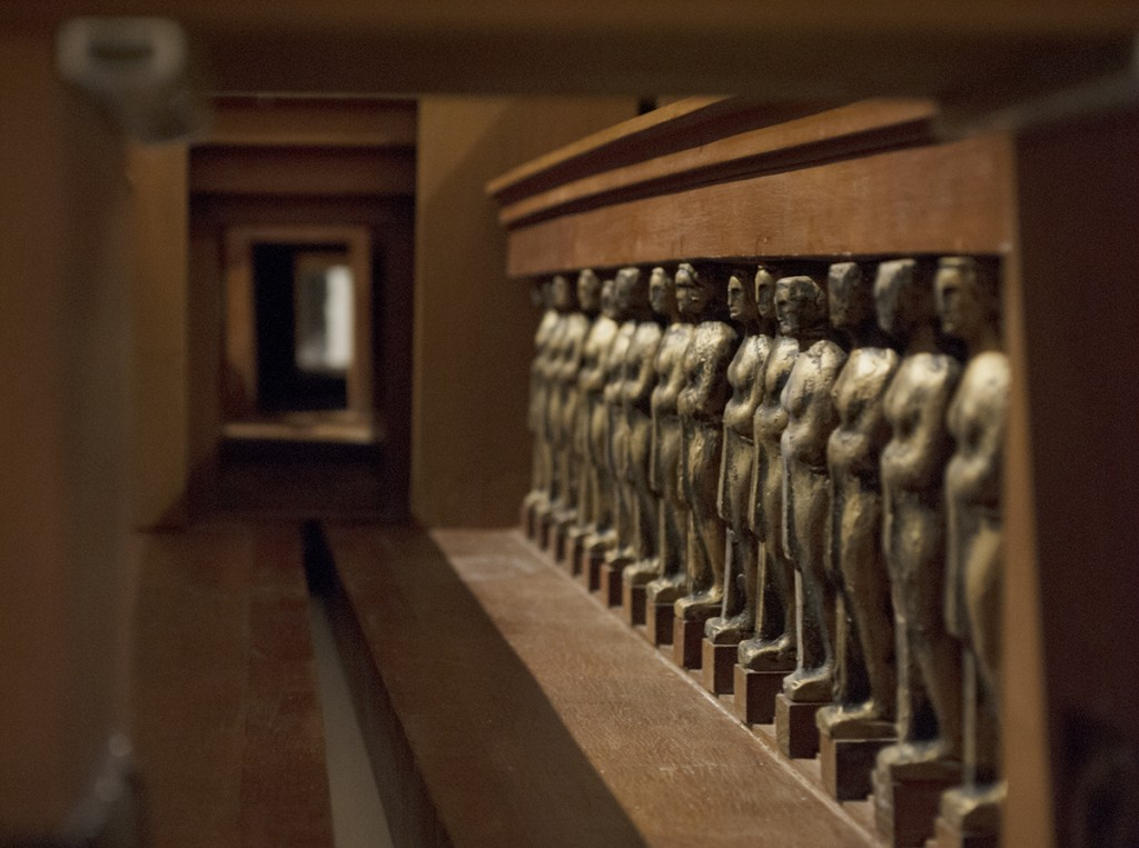 Kolonada karijatida koje bi se po Meštrovićevoj zamisli nalazile duže leve i desne strane hola kojim bi se dolazilo do centralnog dela Hrama