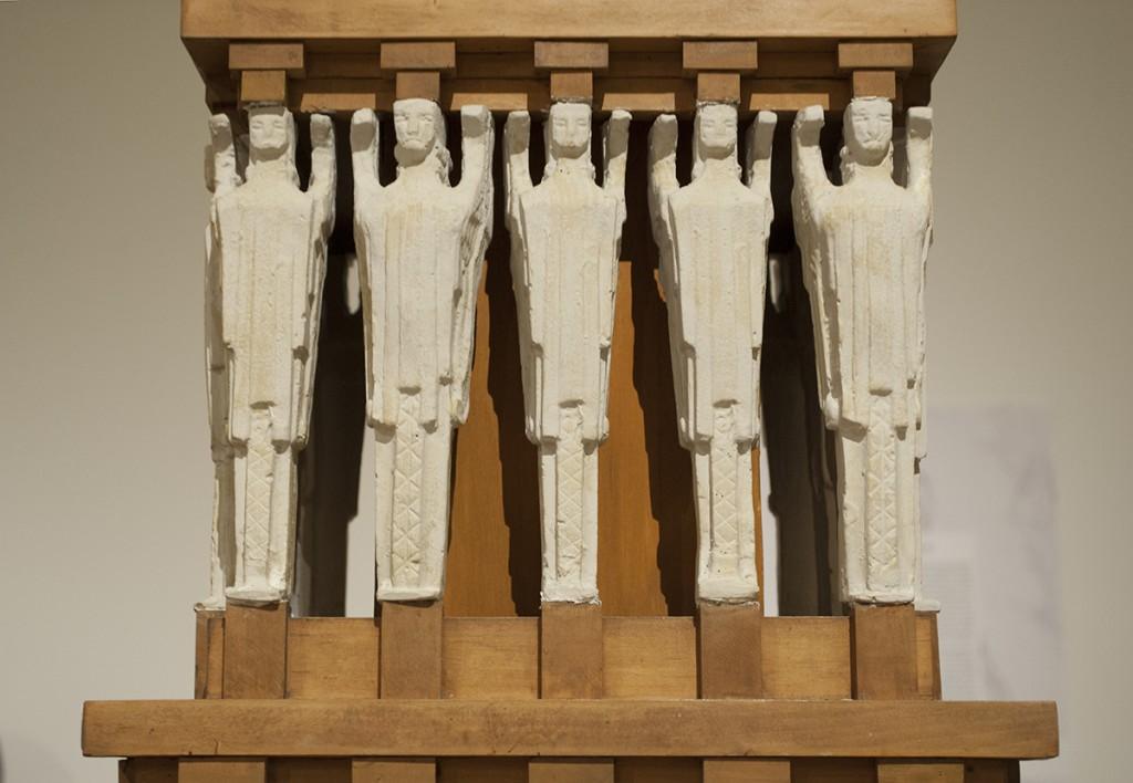 Detalj kule koja bi se izdizala iznad ulaza. Figure sa krilima postavljene u pet redova. Figure su simboli 'očišćene duše, koje zemlju sa nebom spajaju'; a 5 redova predstavljaju pet vekova pod Osmanlijskom vladavinom