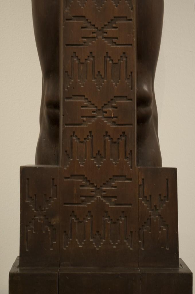 Detalj skulpture koja je osmišljena kao stub sa elementima folklorne umetnosti - karakteristično za stvaranje nacionalne varijante secesije.